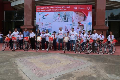 Trao tặng xe đạp cho HS huyện Cai Lậy.