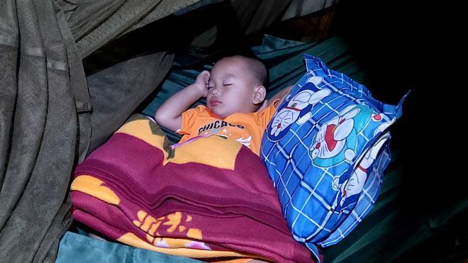 Cháu Lê Thế Minh đang ngon giấc tại công an xã Nhị Bình, huyện Châu Thành, tỉnh Tiền Giang.