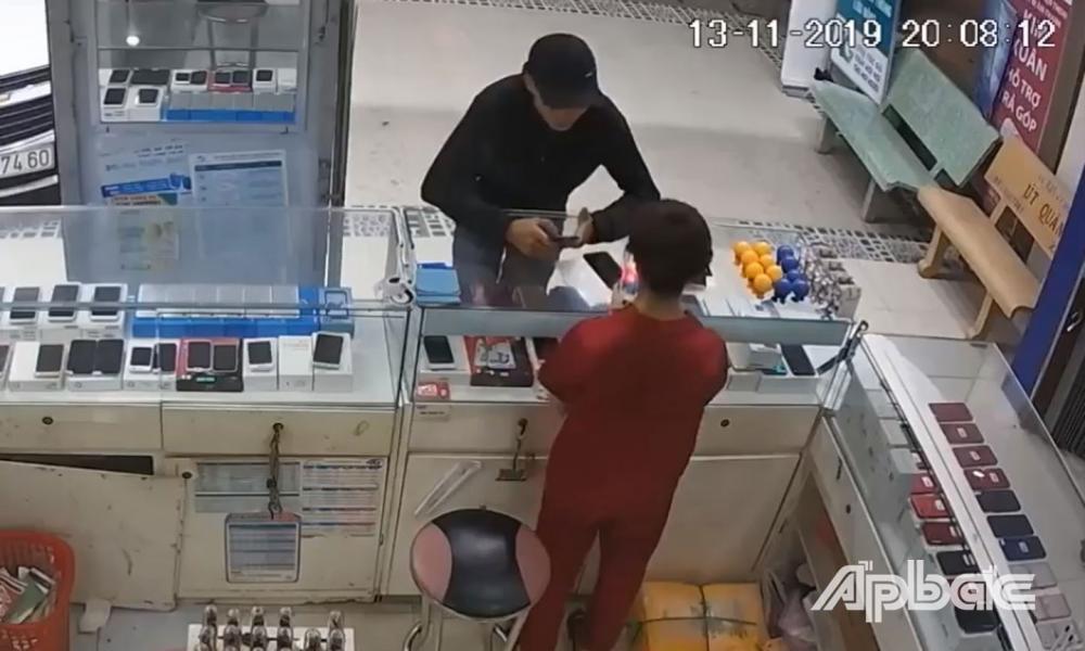 Camera ghi lại hình ảnh nam thanh niên giả vờ hỏi mua điện thoại rồi cướp điện thoại lên xe tẩu thoát.