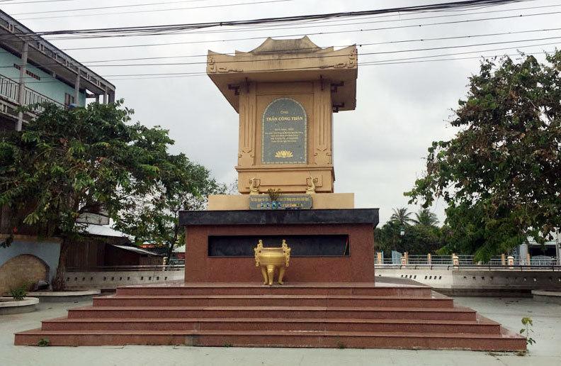 Bia tưởng niệm được đặt tại nơi trước đây bốn ông bị xử tử. Ảnh: Trần Chánh Nghĩa.