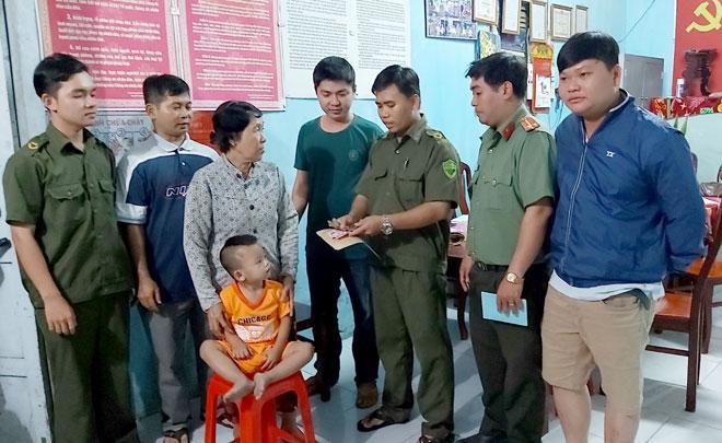 Các cá nhân và tập thể của cán bộ công an huyện Châu Thành, công an xã Nhị Bình, công an xã Long Định đã đóng góp được 1 triệu đồng hỗ trợ cho bà Lan để làm lộ phí.
