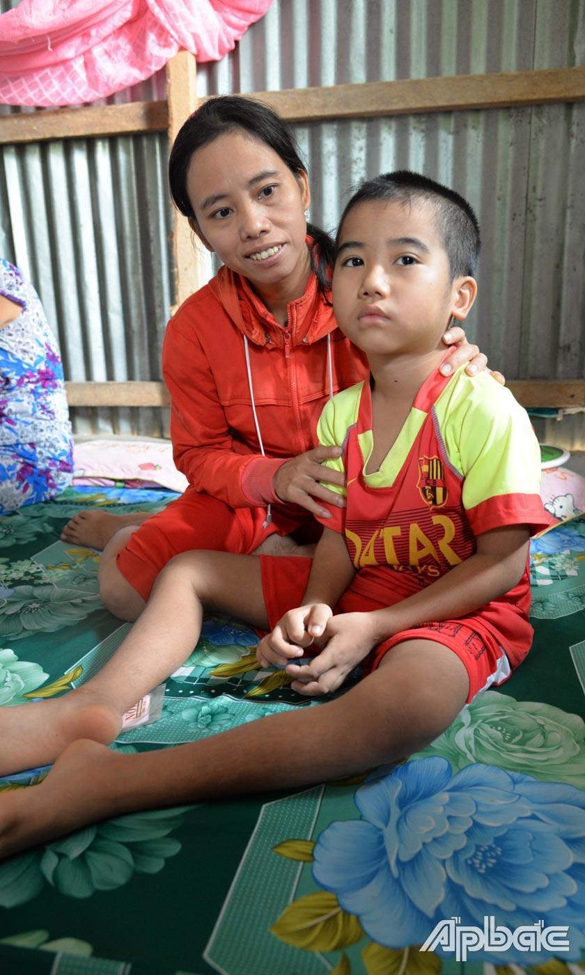 Thịnh và mẹ trong căn nhà đơn sơ ở ấp Bình Phong, xã Thanh Bình.