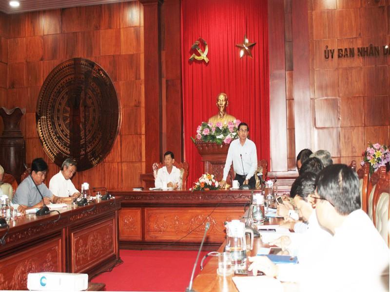 Ông Lê Văn Hưởng - Chủ tịch UBND tỉnh Tiền Giang chủ trì họp khẩn chống hạn mặn.