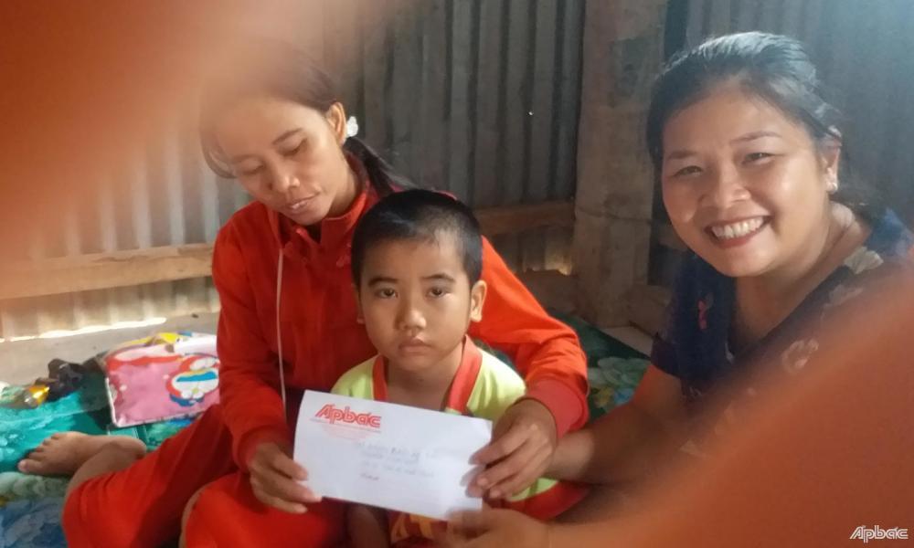 Đại diện Chi đoàn Báo Ấp Bắc thăm và trao tiền hỗ trợ cho em Thịnh.