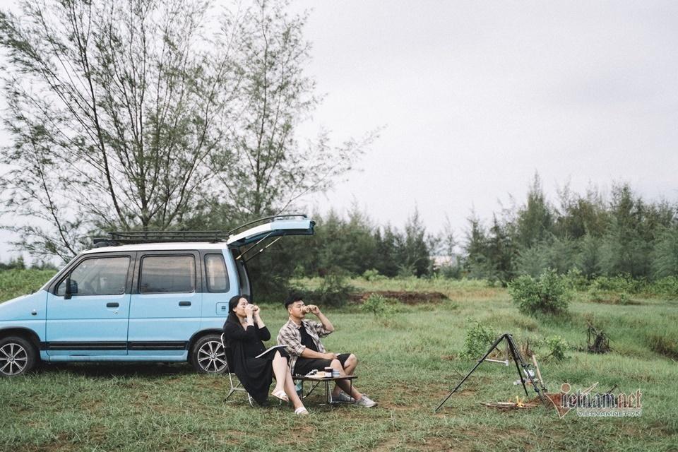Cặp vợ chồng trẻ hạnh phúc với lựa chọn giản dị, mua ô tô siêu rẻ, đi chơi tẹt ga