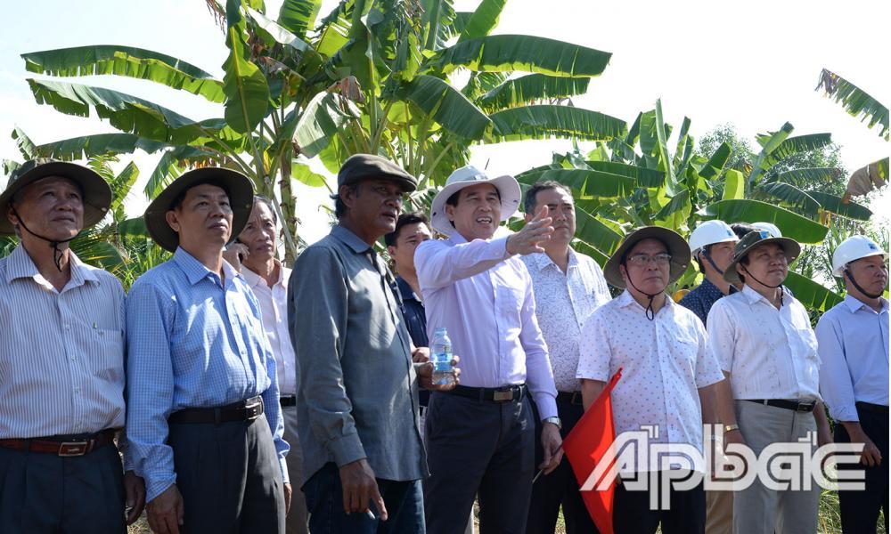 Đồng chí Lê Văn Hưởng chỉ đạo tại công trình.