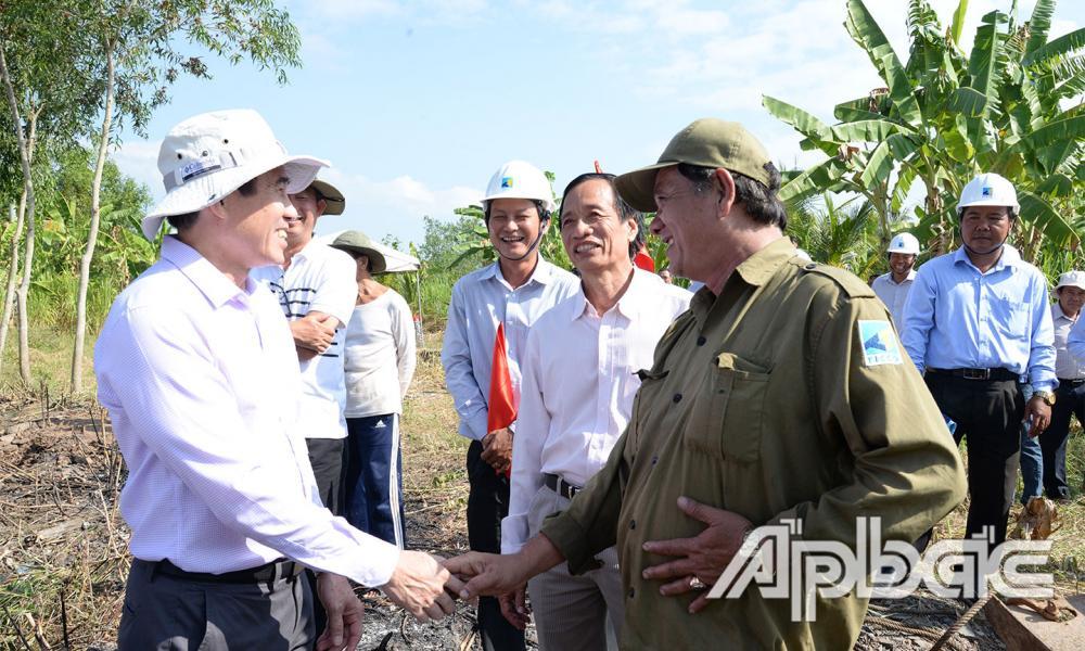 Đồng chí Lê Văn Hưởng động viên công nhân thực hiện công trình.