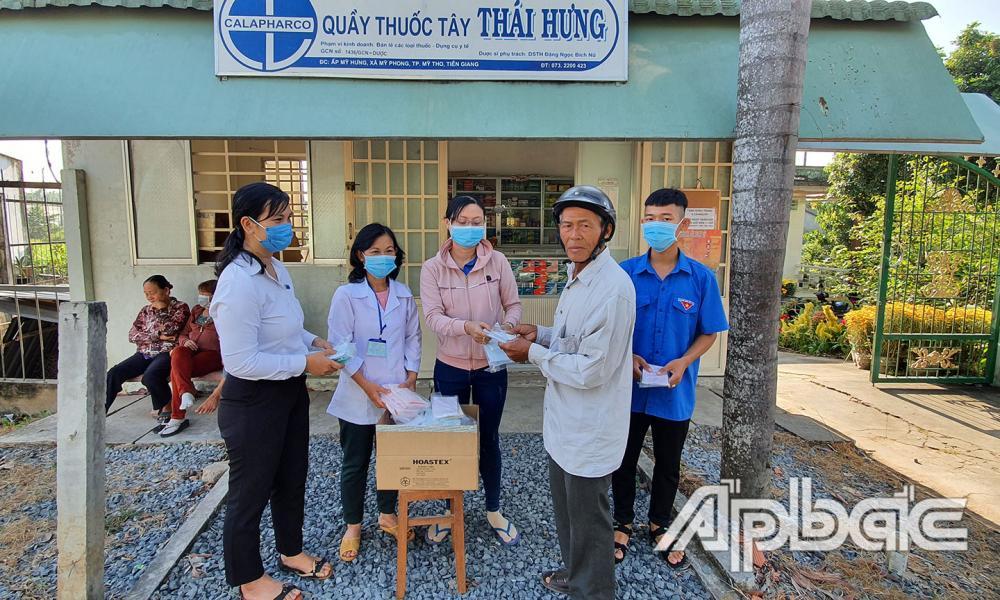 Phát khẩu trang y tế miễn phí cho người dân tại quầy thuốc tây Thái Hưng.