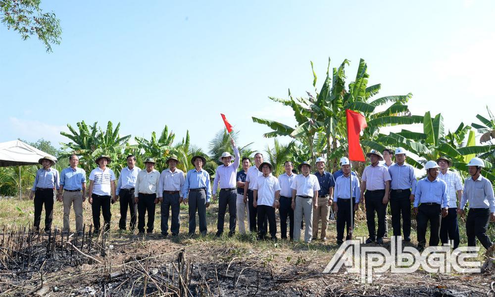 Đồng chí Lê Văn Hưởng phất cờ khởi động đóng những cột thép đầu tiên
