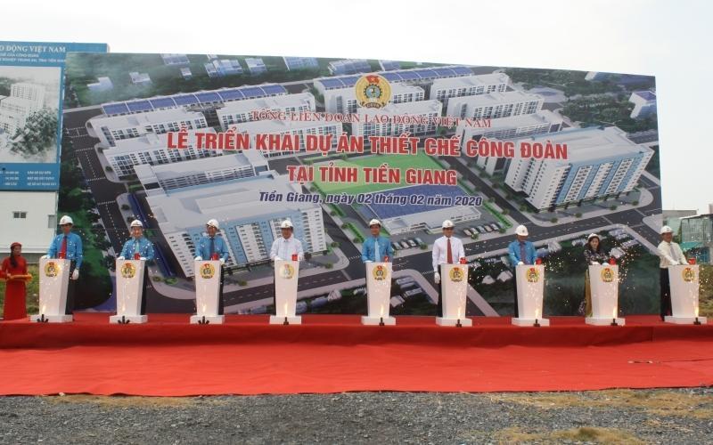 Lãnh đạo Tổng Liên đoàn Lao động Việt Nam và tỉnh Tiền Giang thực hiện nghi thức triển khai dự án.