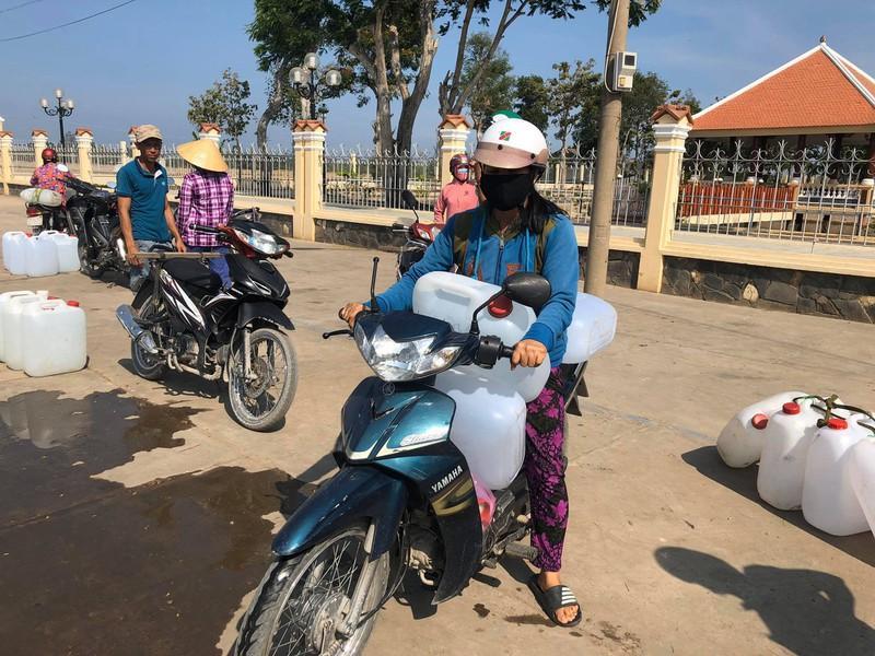 Xe máy, xe đạp là phương tiện để vận chuyển nước.