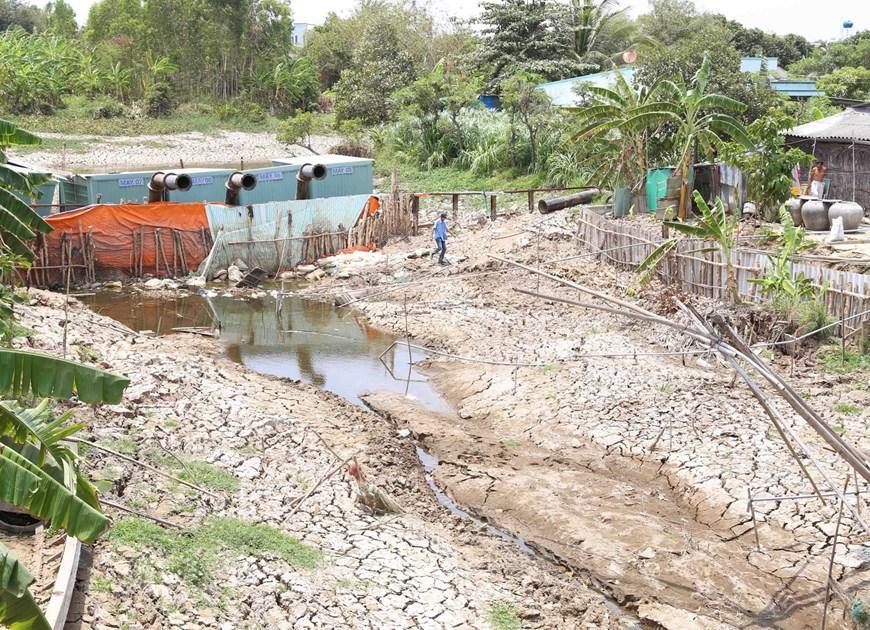 Hệ thống thủy lợi và trạm bơn dã chiến ở xã Long Hòa, thị xã Gò Công không thể hoạt động được vì hạn hán. (Ảnh: Vũ Sinh/TTXVN)