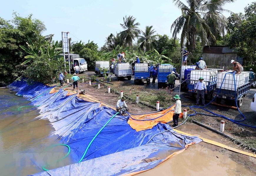 Mỗi ngày điểm cung cấp nước ngọt miễm phí tại cầu Ông Thiệm, xã Thanh Hòa, thị xã Cai Lậy cung cấp phục vụ sản xuất khoảng 120m3 nước ngọt cho 20 hộ dân trên địa bàn xã, thời gian thực hiện tại các điểm cung cấp nước từ ngày 12/3 vừa qua đến hết ngày 30/4 tới. (Ảnh: Vũ Sinh/TTXVN)