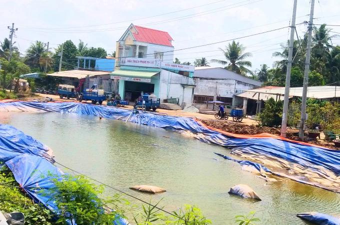Hơn 11.000 hộ dân các huyện phía Tây tỉnh Tiền Giang được tiếp cận các điểm cấp nước ngọt miễn phí từ nguồn hỗ trợ của Chính phủ. Ảnh: MĐ