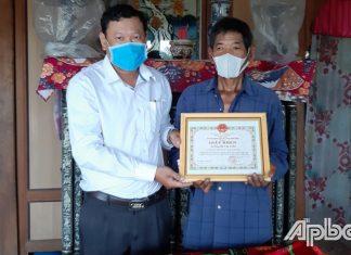 Đại diện lãnh đạo xã trao giấy khen cho ông Lê Văn Tưởng.