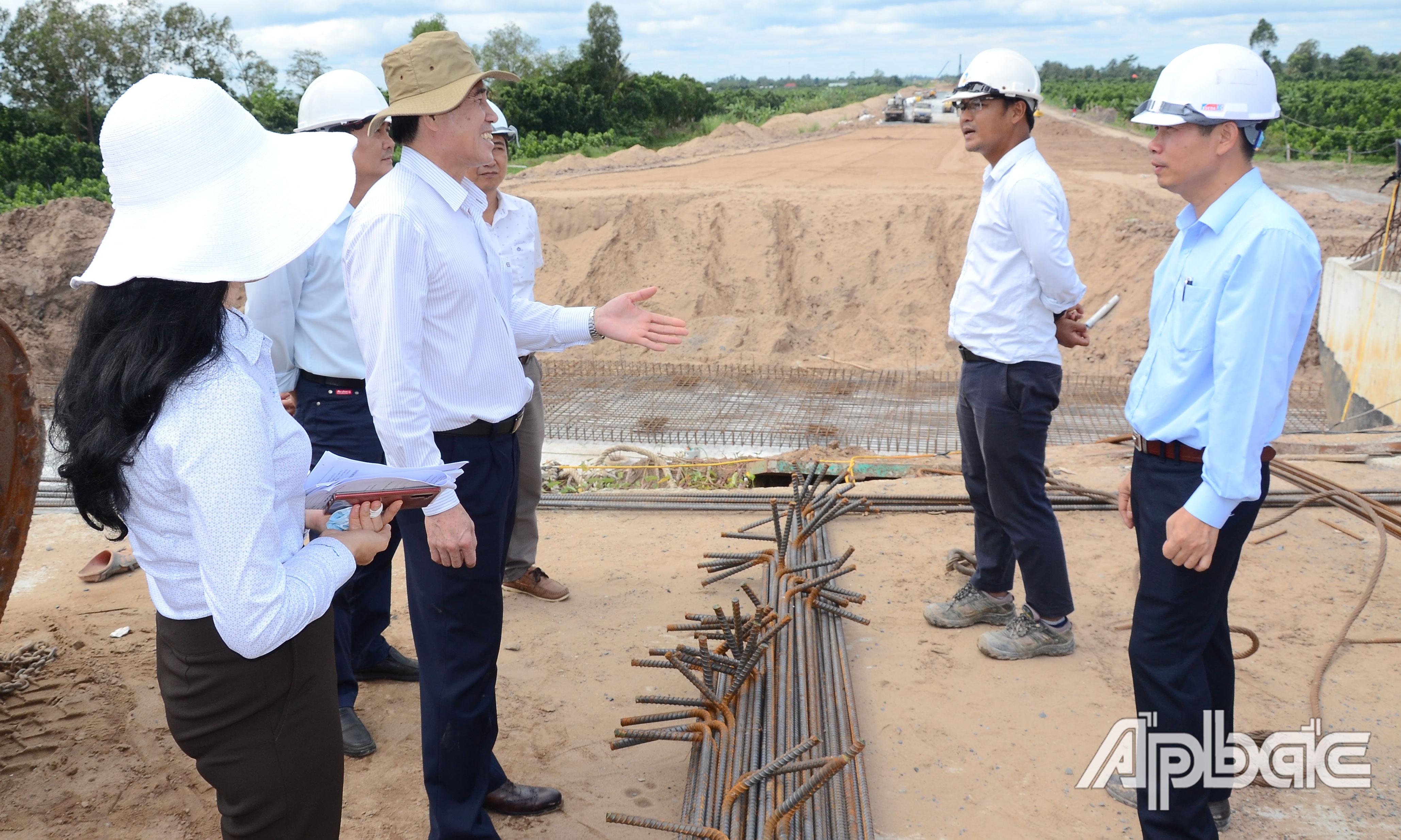 Đồng chí Lê Văn Hưởng kiểm tra tiến độ Dự án tại cầu Thông Lưu.