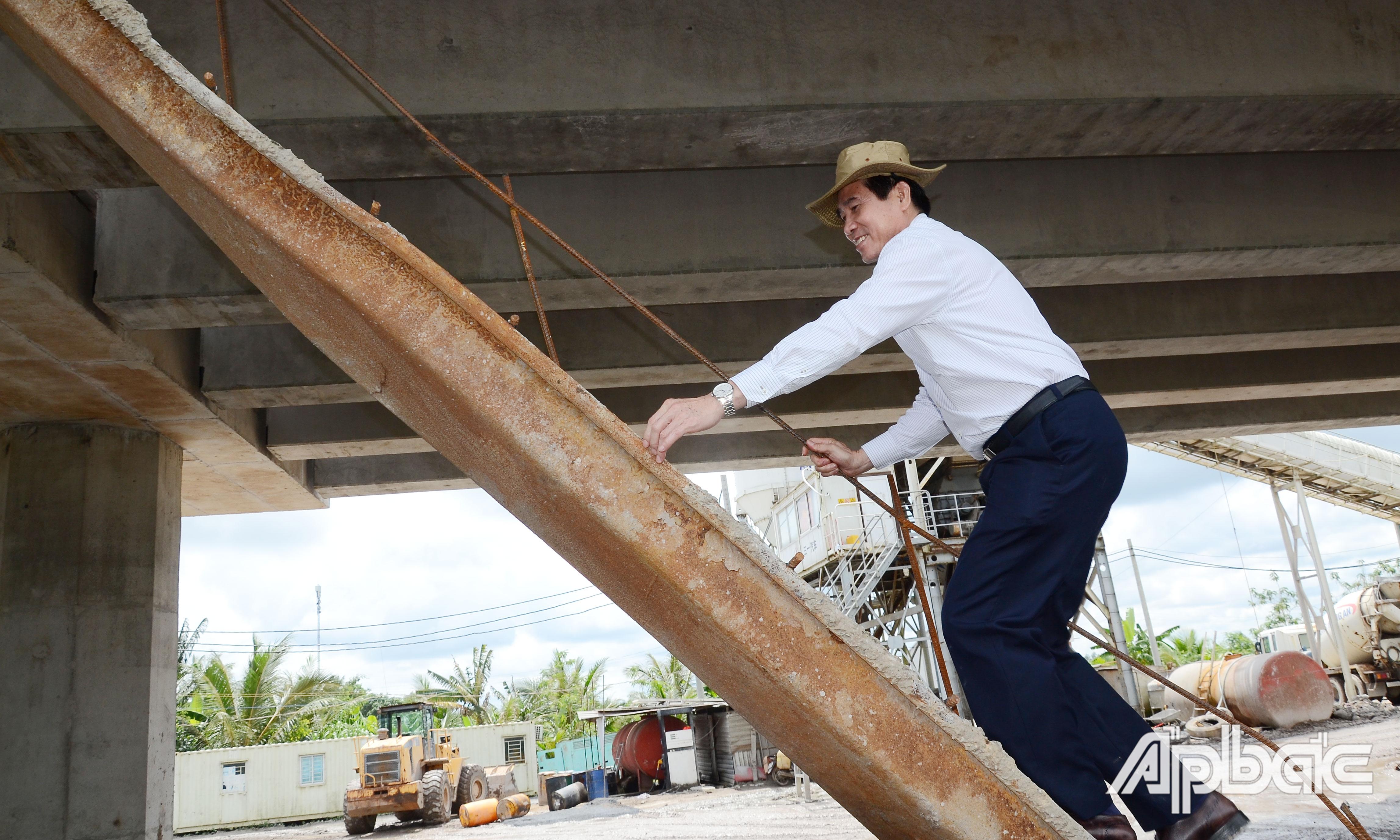 Đồng chí Lê Văn Hưởng kiểm tra tiến độ Dự án tại cầu Kinh Xáng.