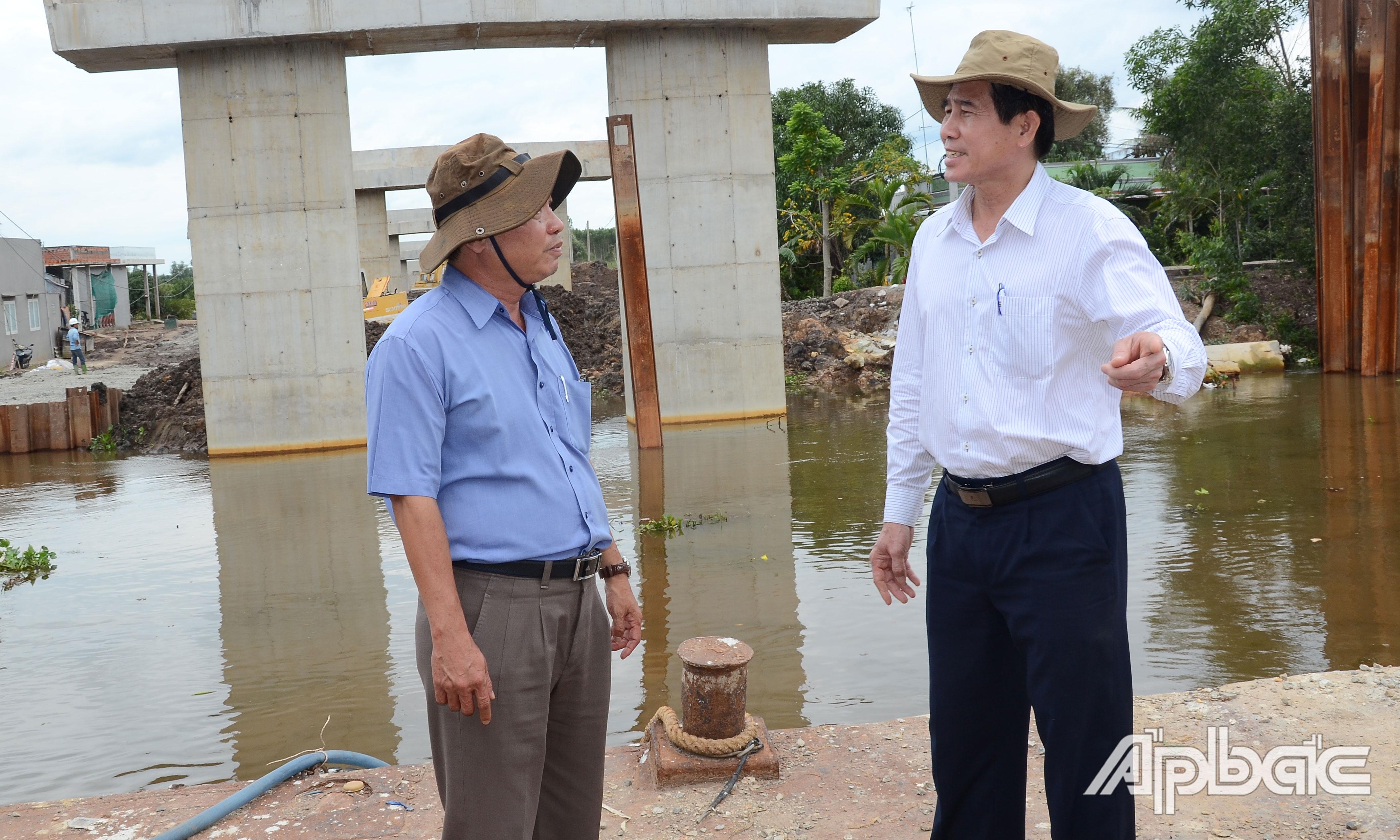 Đồng chí Lê Văn Hưởng kiểm tra tiến độ cầu Nguyễn Văn Tiếp.