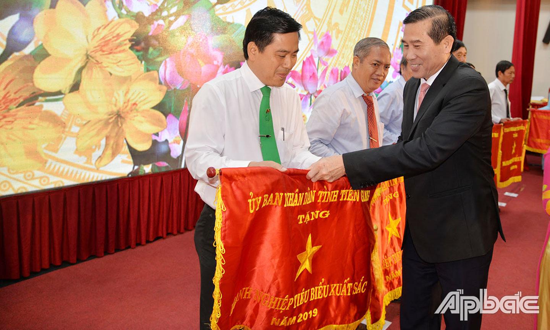 Giám đốc Mai Linh Tiền Giang Nguyễn Quốc Thái nhận Cờ thi đua xuất sắc của UBND tỉnh trao tặng công ty năm 2019.