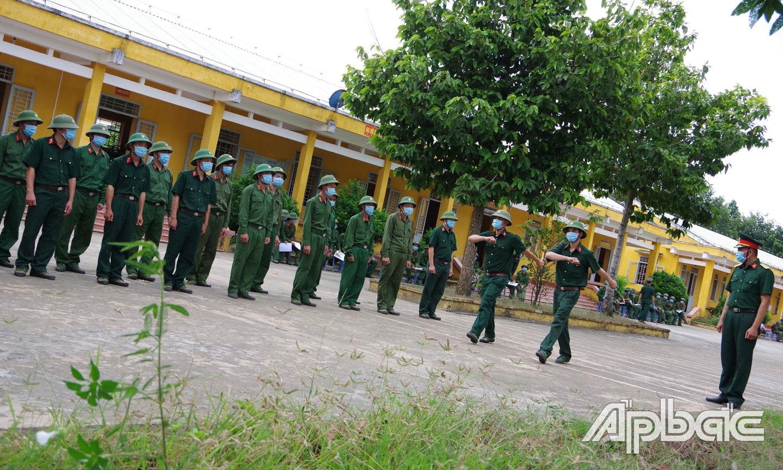 Quân nhân dự bị huấn luyện Điều lệnh đội ngũ.