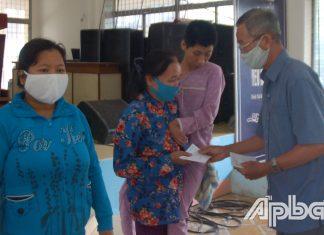Tặng quà cho NNCĐDC ở huyện Châu Thành.