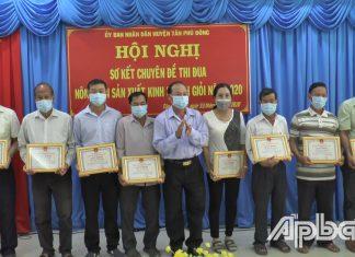 Phó Chủ tịch UBND huyện Tân Phú Đông Lê Thanh Đằng trao Giấy khen cho các tập thể, cá nhân đạt thành tích trong thực hiện chuyên đề thi đua Nông dân SXKD giỏi năm 2020.