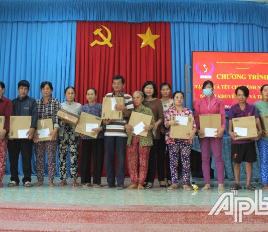 Hội Bảo trợ tỉnh Tiền Giang trao quà tết tại xã Tân Hội.