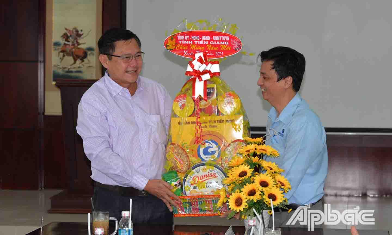 Đồng chí Đỗ Tấn Hùng thăm, tặng quà và chúc Tết Công tyCông ty TNHH Minh Hưng Tiền Giang.