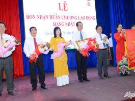 Ban lãnh đạo Cục Thuế tỉnh đón nhận Huân chương Lao động hạng Nhất của Chủ tịch Nước Cộng hòa Xã hội Chủ nghĩa Việt Nam.