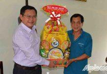 Đồng chí Đỗ Tấn Hùng thăm, tặng quà và chúc Tết Công ty TNHH Sản xuất và Thương mại RVAC.
