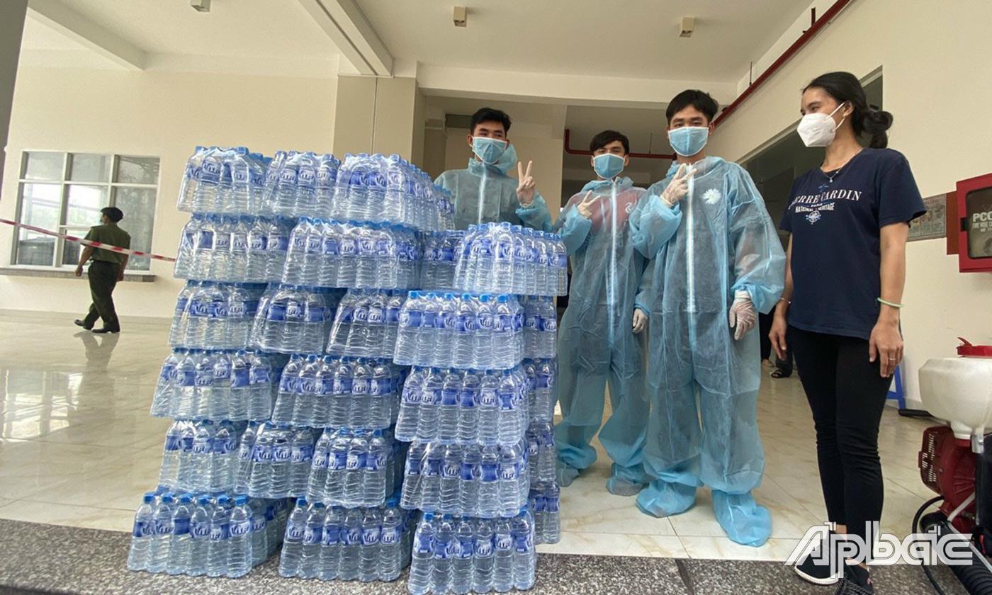 Trao tặng nước suối cho các bệnh viện dã chiến, khu cách ly