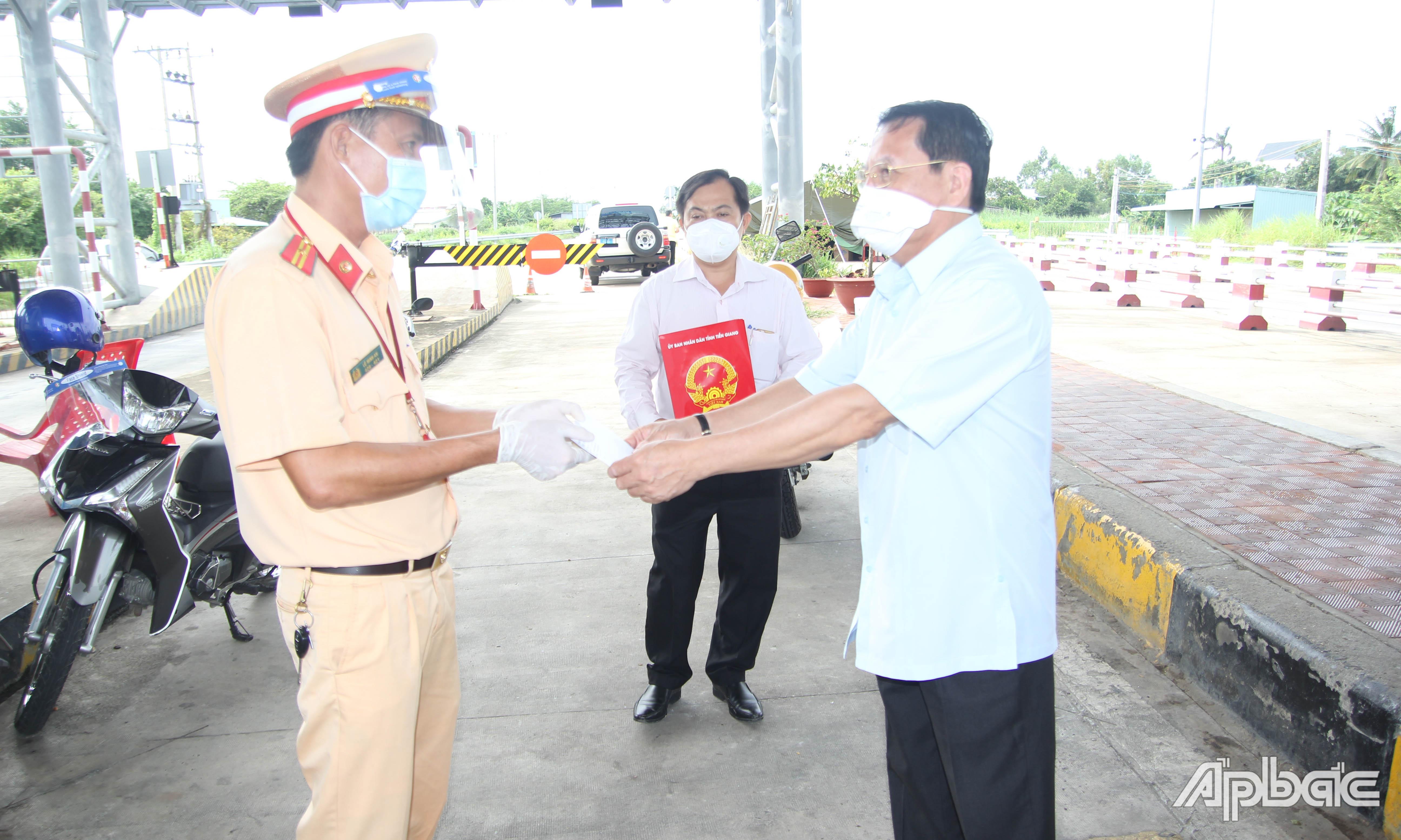 Đồng chí Phạm Văn Trọng thăm, kiểm tra tại Chốt kiểm soát dịch Covid-19 Trạm thu phí cầu Mỹ Lợi.