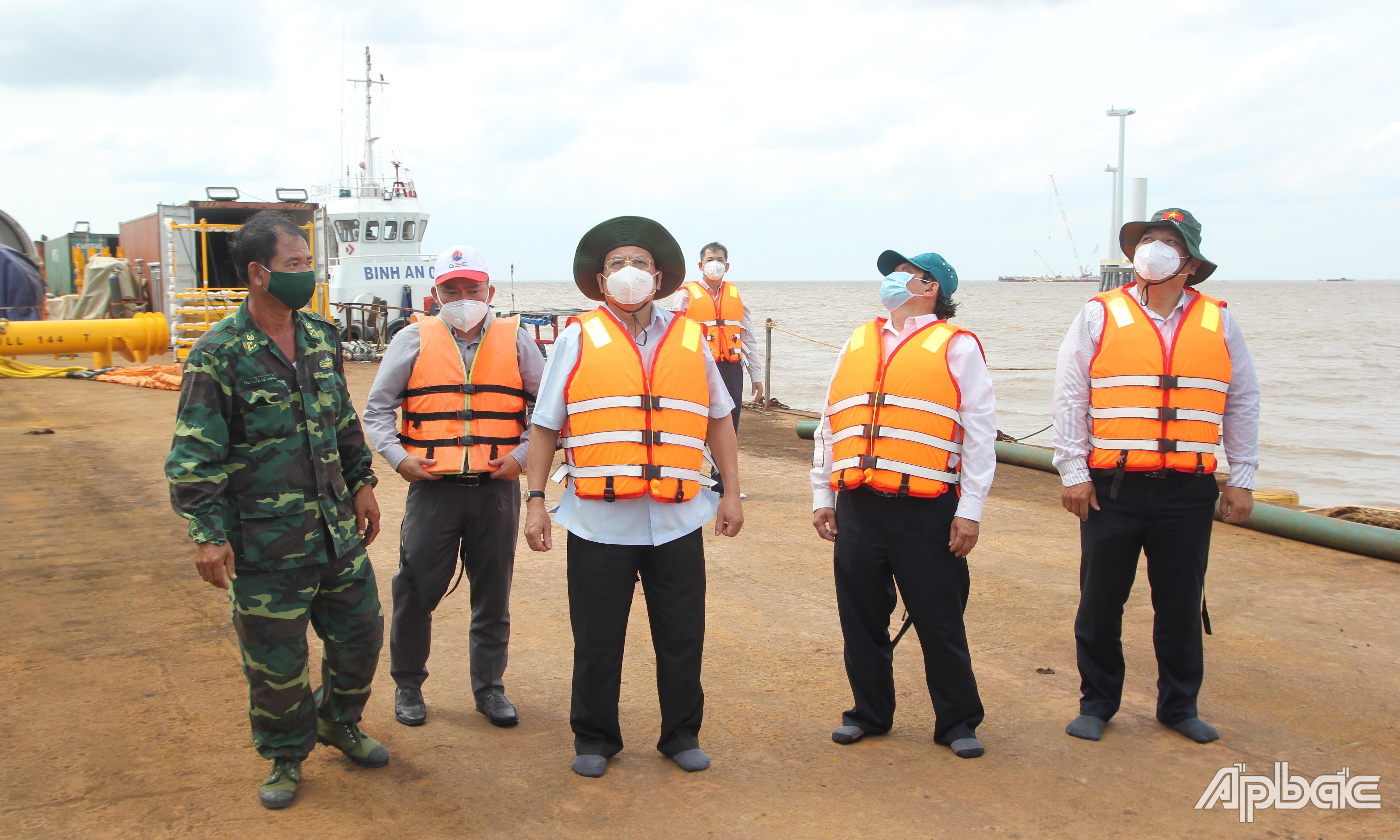 Đoàn công tác số 4 của Trung tâm Chỉ huy phòng, chống dịch Covid-19 tỉnh Tiền Giang kiểm tra Dự án Điện gió Tân Phú Đông 2.