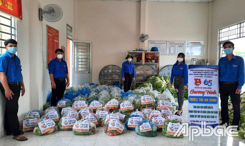 """Huyện đoàn Gò Công Đông chuẩn bị """"Túi an sinh"""" để trao tặng cho người dân và thanh, thiếu niên khó khăn do dịch bệnh."""