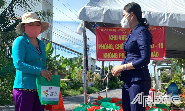 """Bí thư Tỉnh đoàn Nguyễn Thị Uyên Trang trao """"Túi an sinh"""" đến người dân khó khăn do dịch bệnh."""
