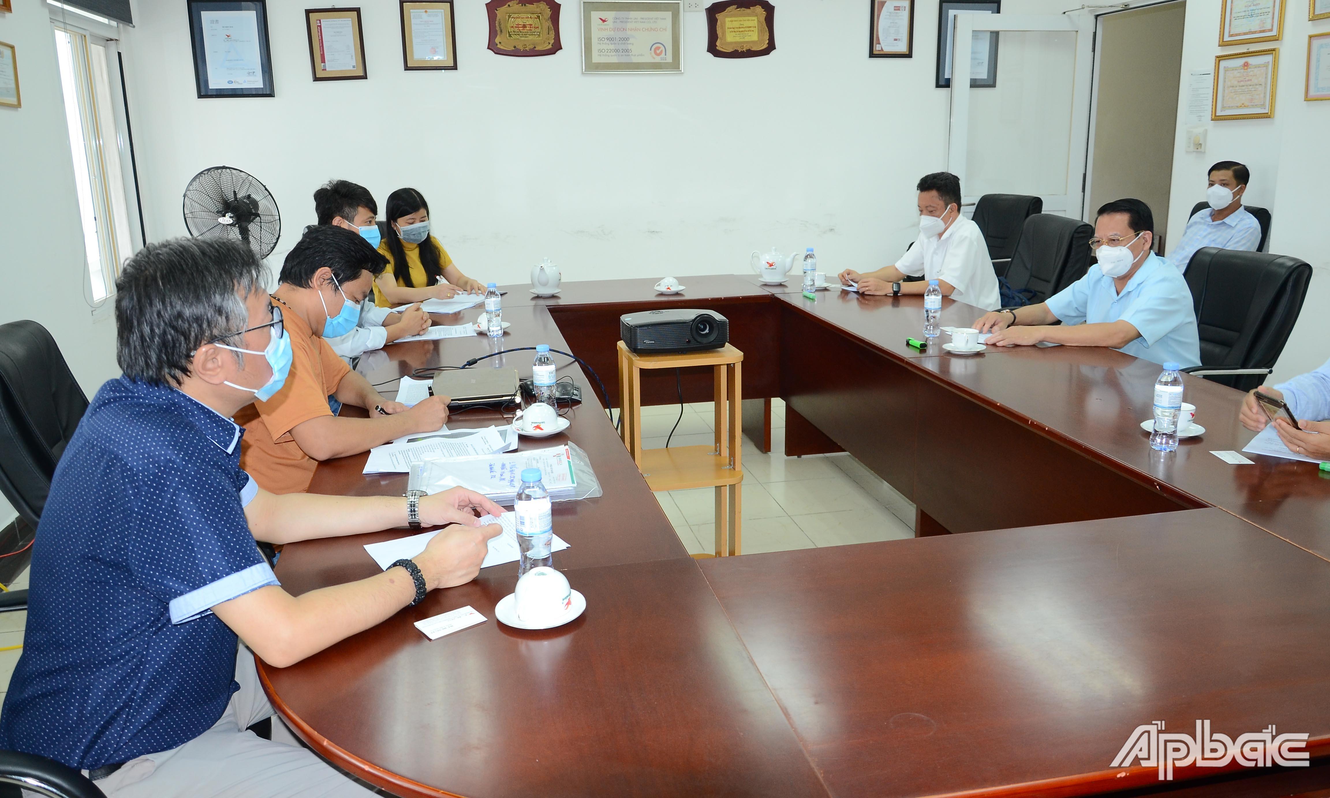 Đồng chí Phạm Văn Trọng tìm hiểu hoạt động tại Công ty TNHH Uni - President Việt Nam.