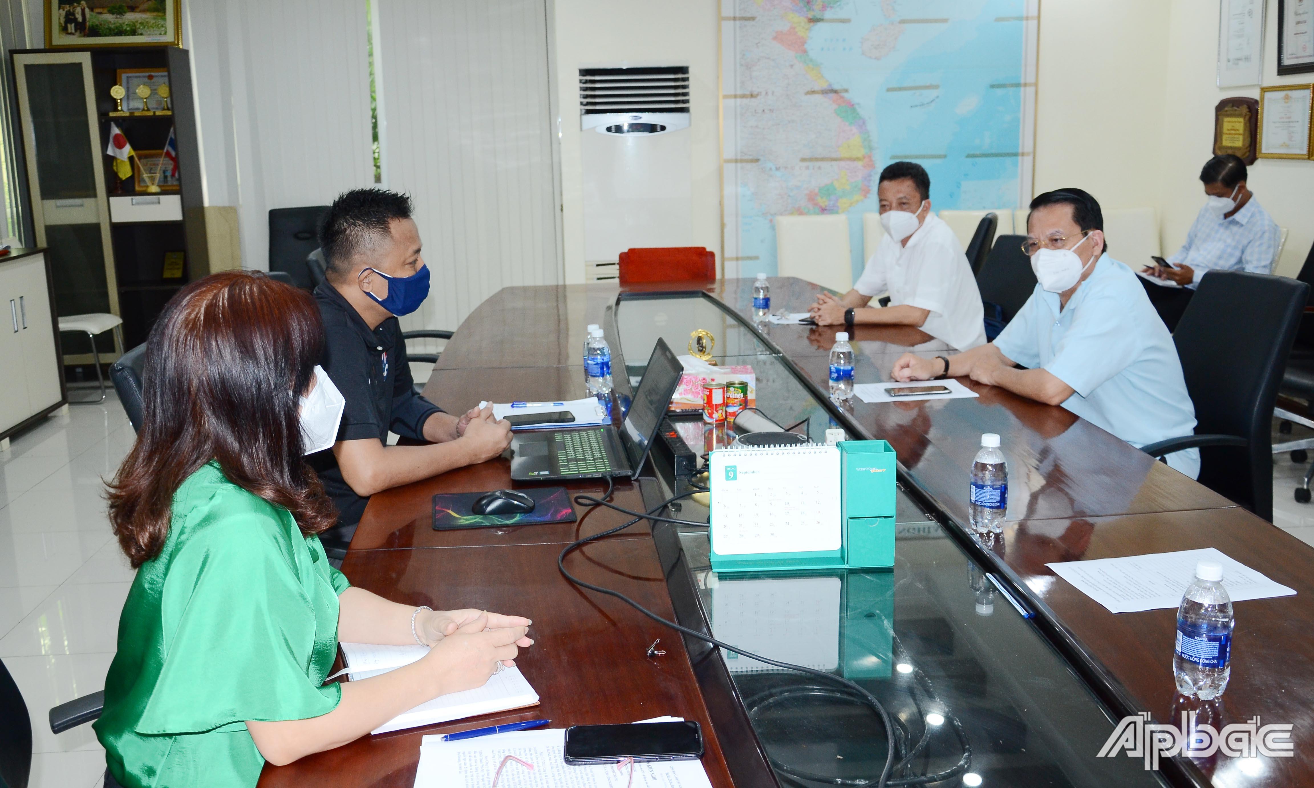 Đồng chí Phạm Văn Trọng tìm hiểu hoạt động tại Công ty TNHH Royal Foods Việt Nam.