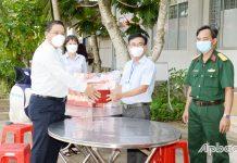 Chuyển quà đến hơn 20 trẻ F0 tại Bệnh viện dã chiến số 4 cơ sở tại Trung tâm Y tế huyện Cai Lậy