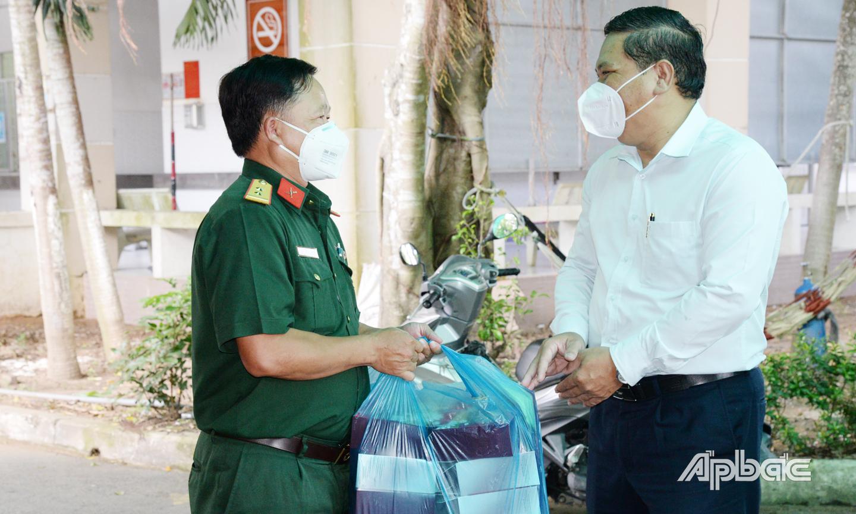 Chuyển quà đến hơn 20 trẻ F0 tại Bệnh viện dã chiến số 4 cơ sở tại Trung tâm Y tế huyện Tân Phước