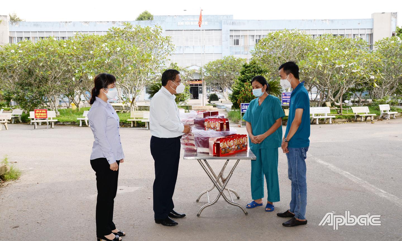 Đồng chí Lý Văn Cẩm trao quà đến Bệnh viện dã chiến số 4  cơ sở Trung tâm Y tế huyện Cái Bè