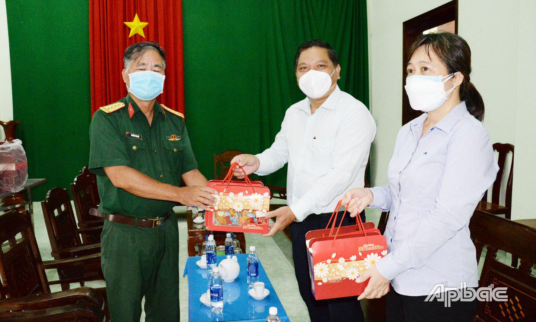Quà trung thu được đồng chí Lý Văn Cẩm chuyển đến cho trẻ em F0 tại Bệnh viện dã chiến số 1