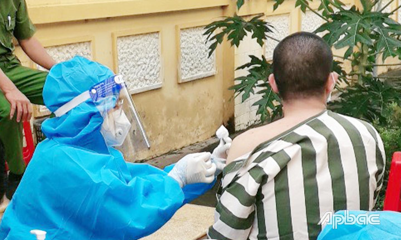 Tiêm vắc xin cho phạm nhân