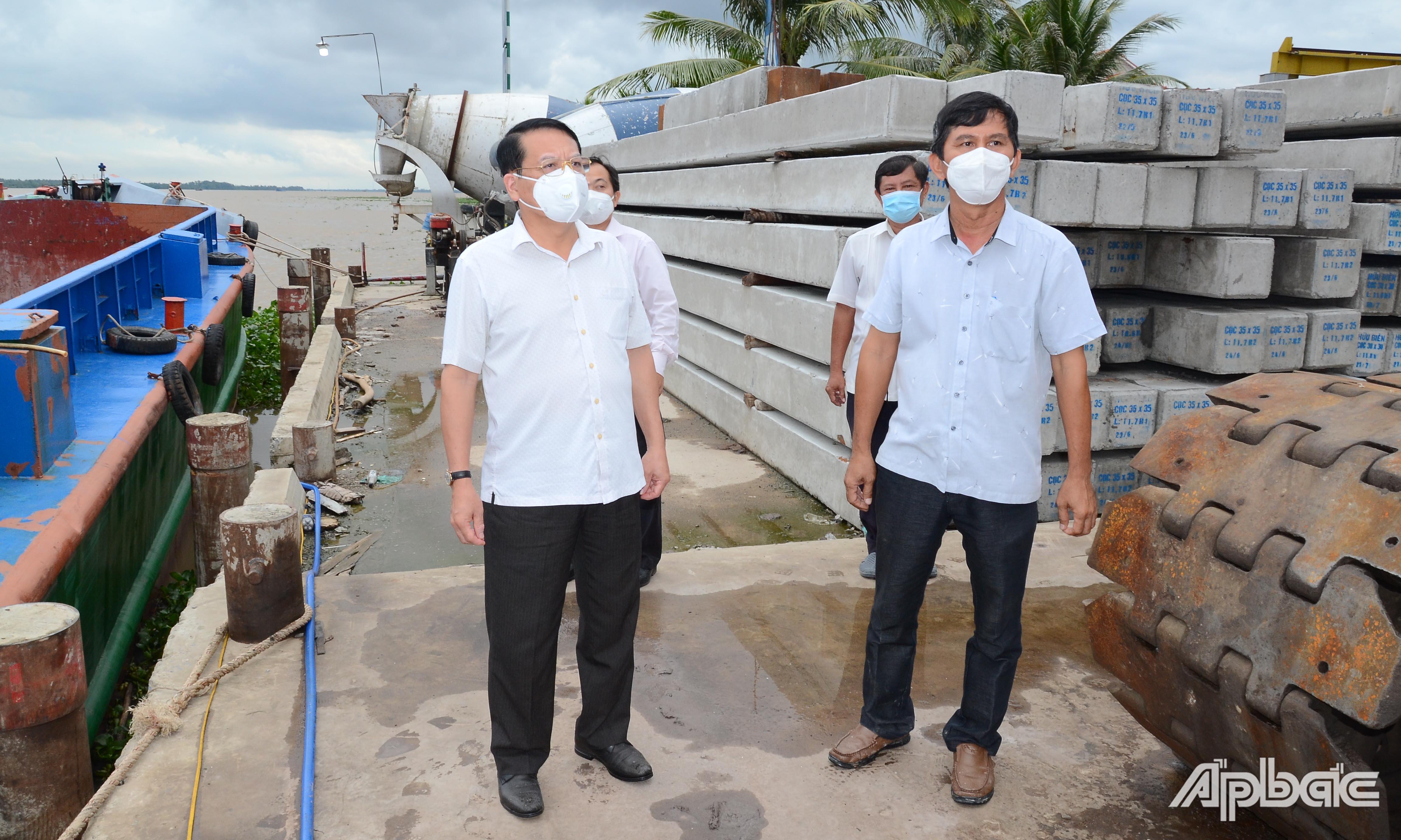 Đồng chí Phạm Văn Trọng kiểm tra tại Công ty TNHH Hữu Biên.