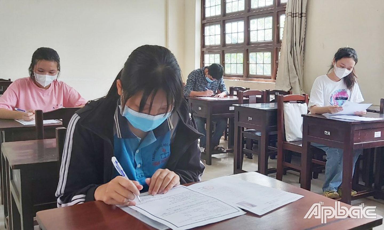 Dù năm nay điểm chuẩn xét tuyển đại học tăng nhưng TS vẫn còn nhiều cơ hội (ảnh chụp thí sinh dự thi tốt nghiệp THPT đợt 2 năm 2021).
