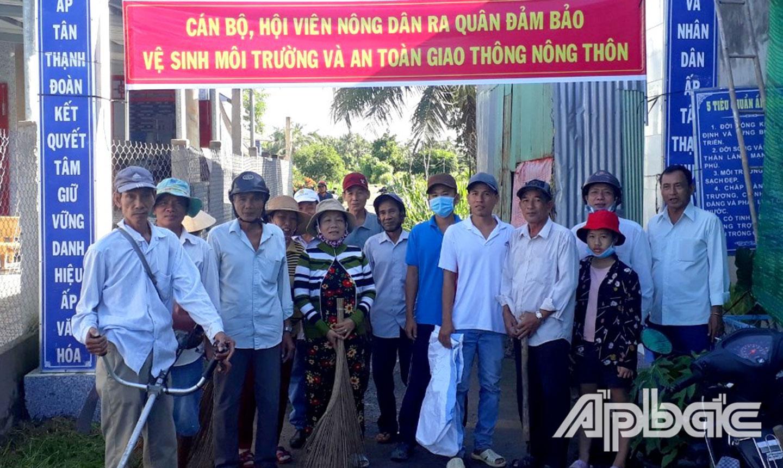 Cán bộ, HVND ra quân đảm bảo vệ sinh môi trường và an toàn giao thông nông thôn tại xã Tân Phú (ảnh chụp khi chưa bùng phát dịch Covid-19).