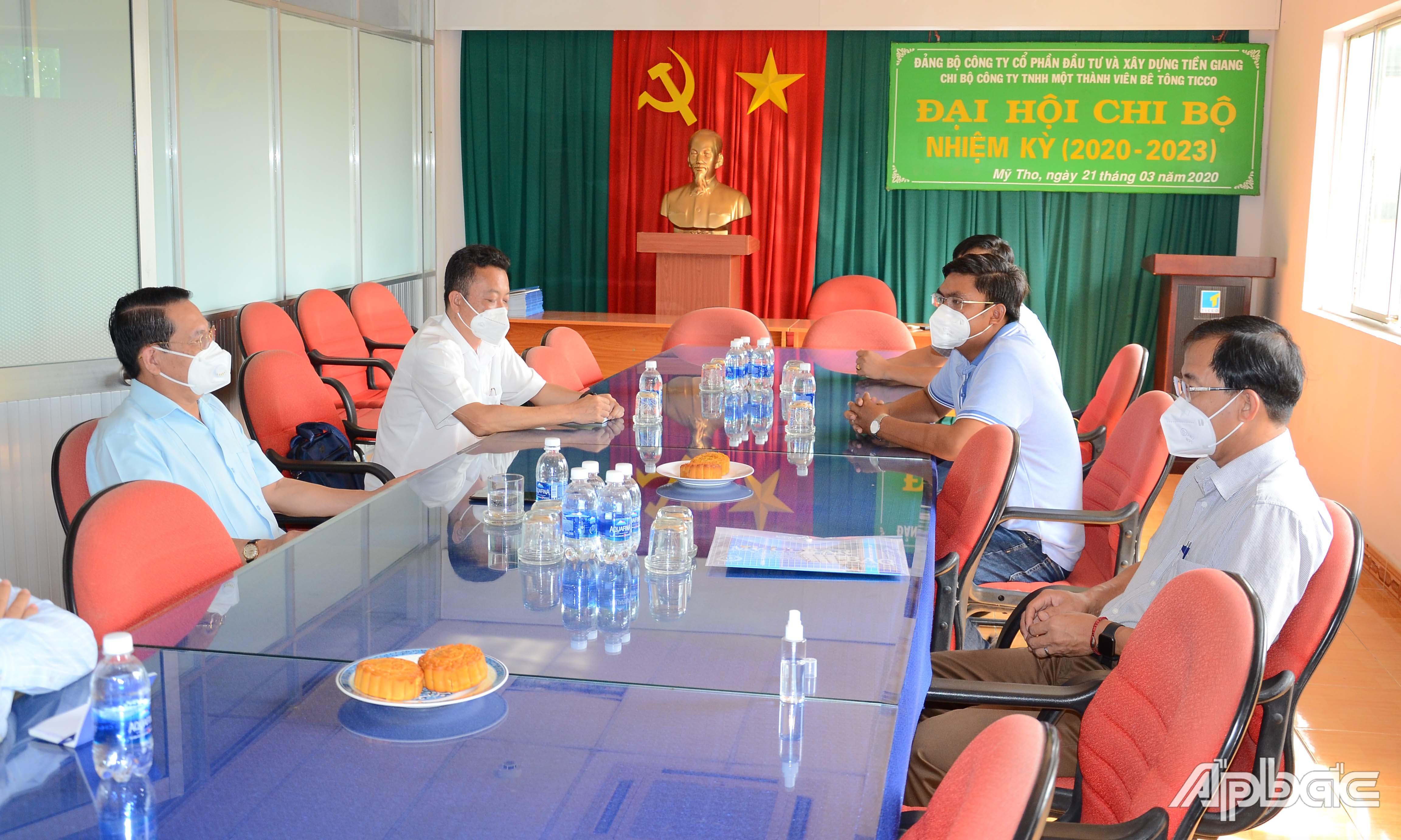 Đồng chí Phạm Văn Trọng tìm hiểu hoạt động tại Công ty TNHH MTV Bê tông Ticco.