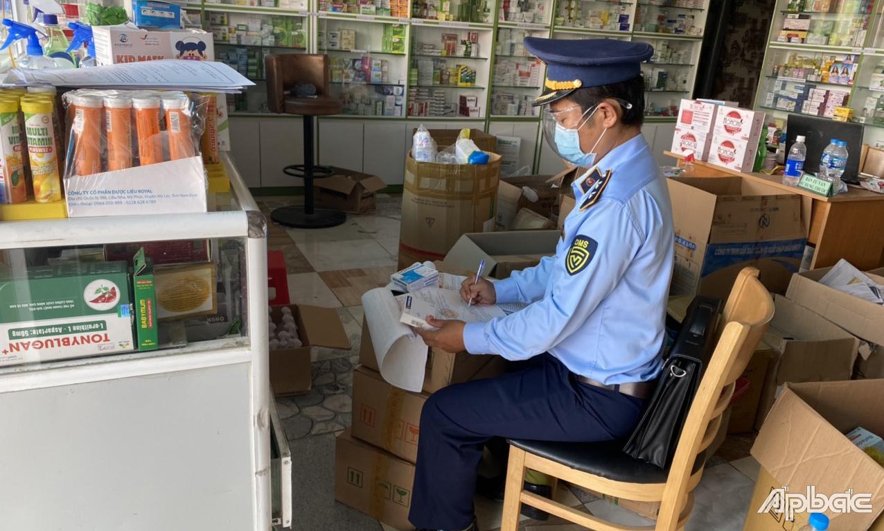 Đội QLTT số 3 kiểm tra quầy thuốc tây tại huyện Tân Phước.