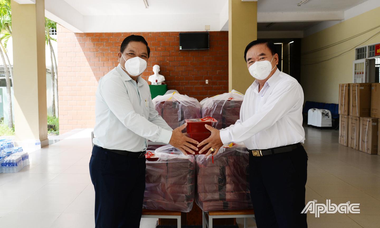 Đồng chí Lý Văn Cẩm (bên trái) trao quà trung thu đến Phó Giám đốc Bệnh viện dã chiến số 7 để trao tặng cho 120 trẻ em là F0 đang điều trị tại đây