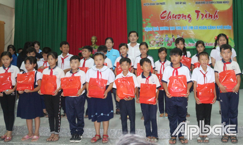 """Báo Ấp Bắc phối hợp với các đơn vị tổ chức Chương trình """"Tặng quà trung thu cho trẻ em có hoàn cảnh khó khăn"""" tại huyện Tân Phước năm 2020."""