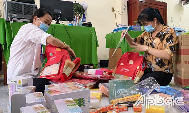 Hội LHPN huyện Chợ Gạo chuẩn bị các phần quà tiếp sức đến trường cho các em học sinh có hoàn cảnh khó khăn.